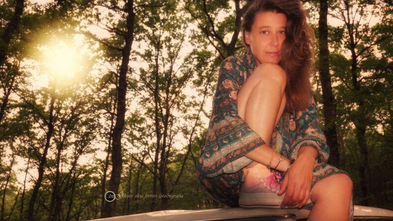 Francesca, il sole e lo specchio che non guarda, ma vede.